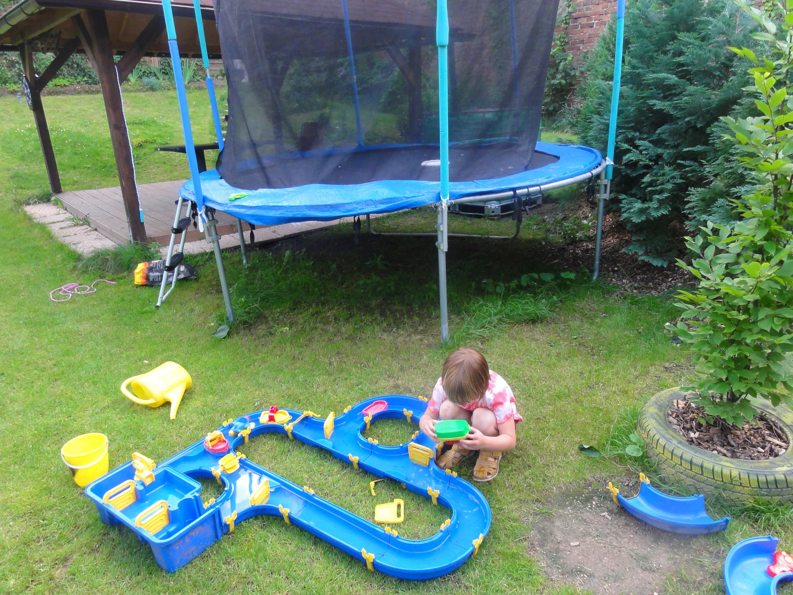 wasserspiele mit kindern im garten schwimmbad und saunen. Black Bedroom Furniture Sets. Home Design Ideas